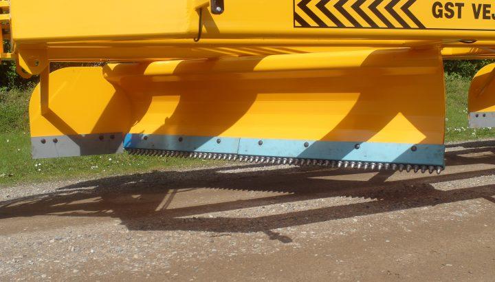 Udligning af grusveje. Reparation af grusveje. Grusvej med hældning. Maskiner til grusvej.